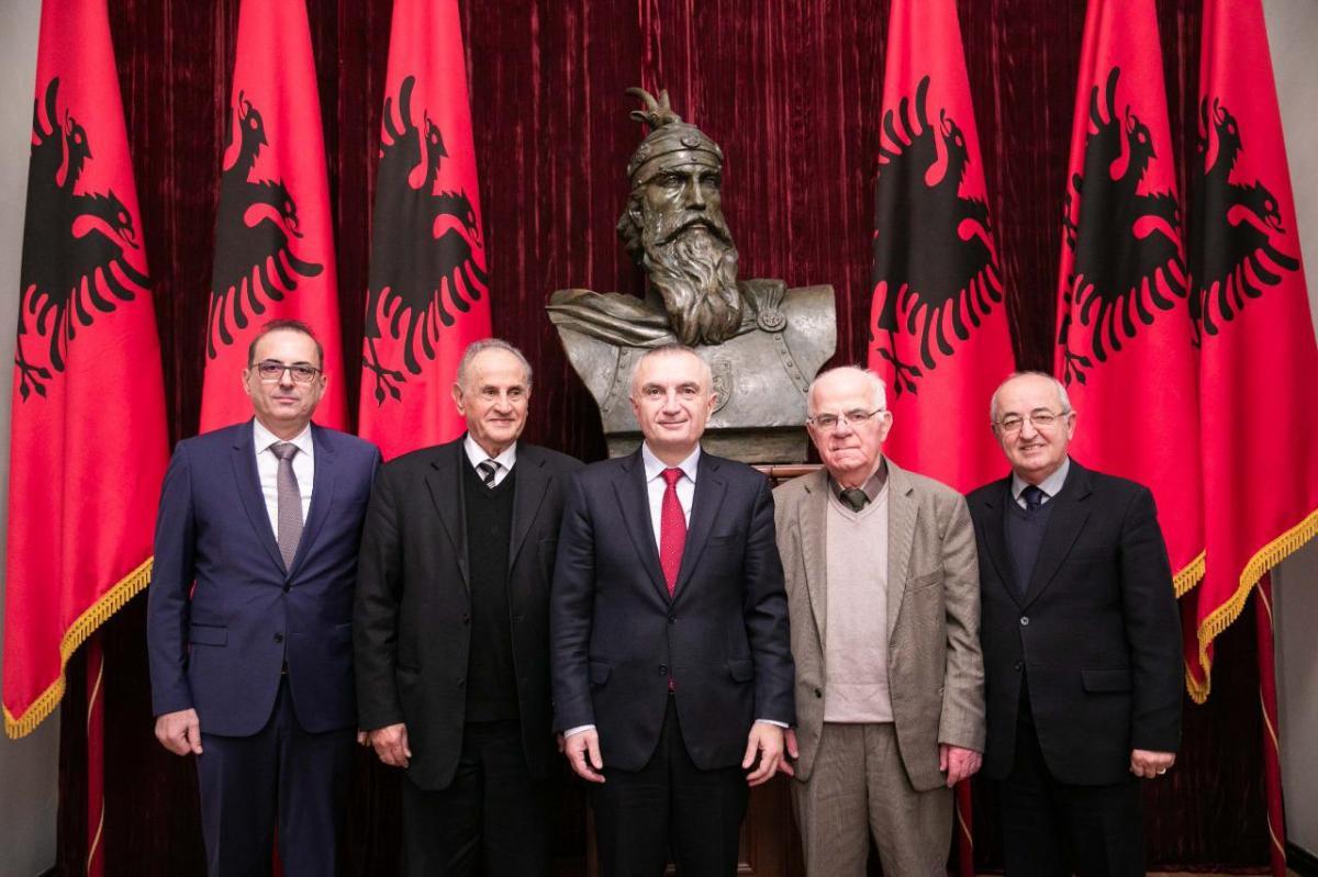 """Presidenti Meta takon kreun e shoqatës """"Tirana"""" Arben Tafaj dhe personalitete të tjera të komunitetit tironas"""